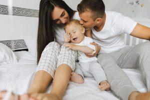 Maminka, tatínek, miminko a spánek – jde to vůbec dohromady?